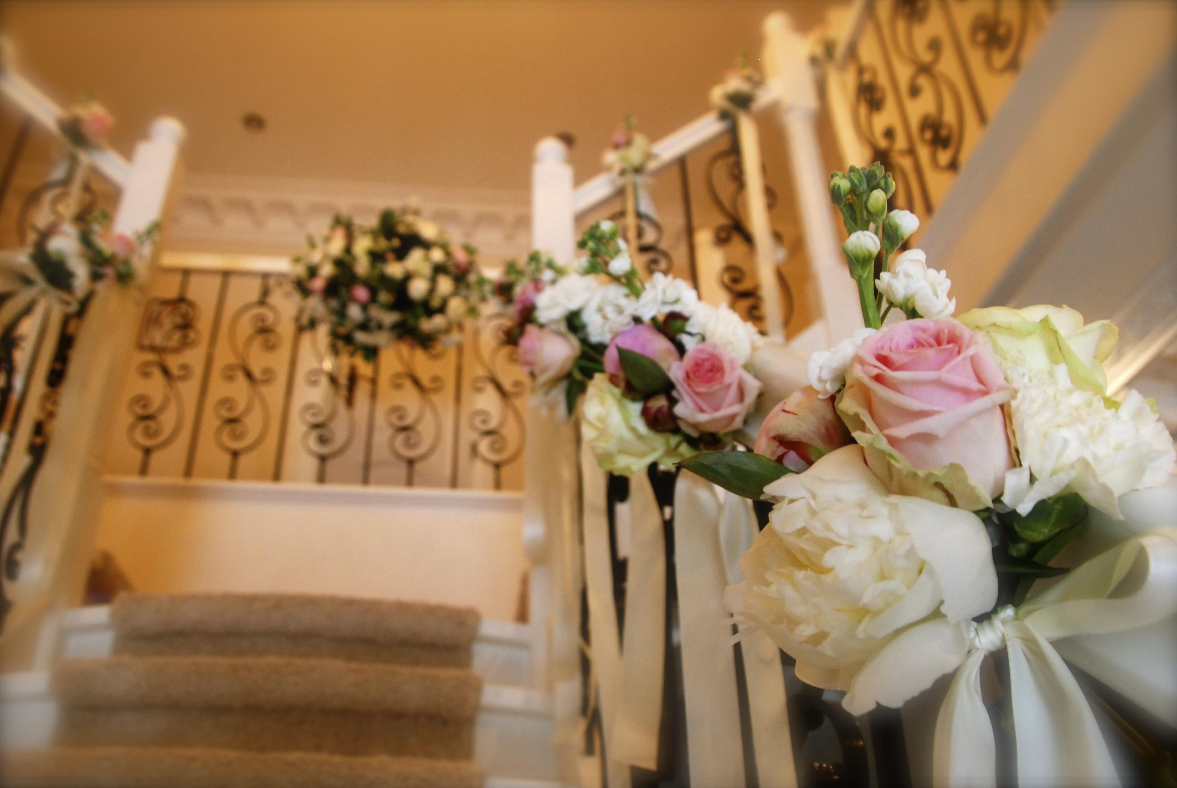De ballonnenkoning bloem decoratie trap decoratie roze wit